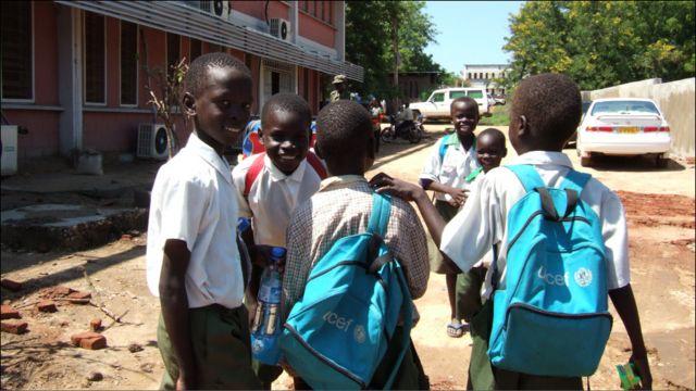 اطفال متوجهون الى المدرسة في جوبا-تصوير صفاء الصالح