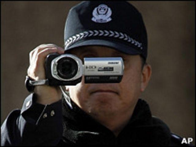 北京警察在劉曉波與劉霞寓所外對採訪記者進行錄像(10/12/2010)