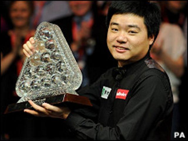 丁俊暉舉起斯諾克大師賽獎杯(16/1/2011)