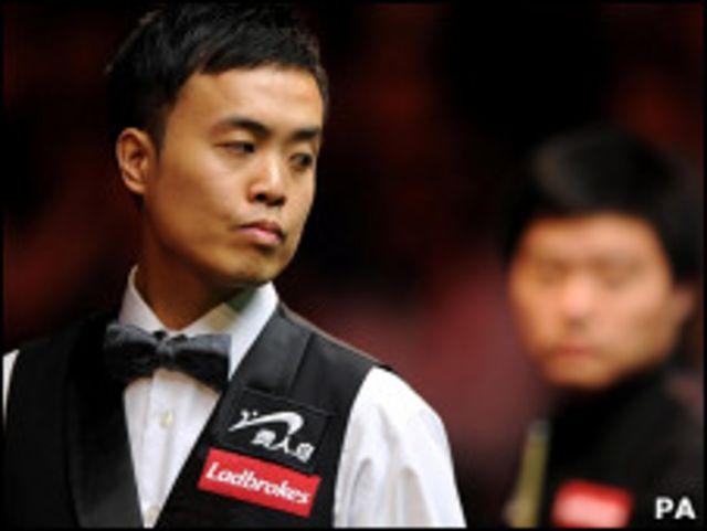 傅家俊(左)與丁俊暉在倫敦斯諾克大師賽決賽上(16/1/2011)
