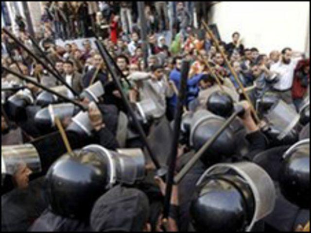 埃及示威者與警方對峙
