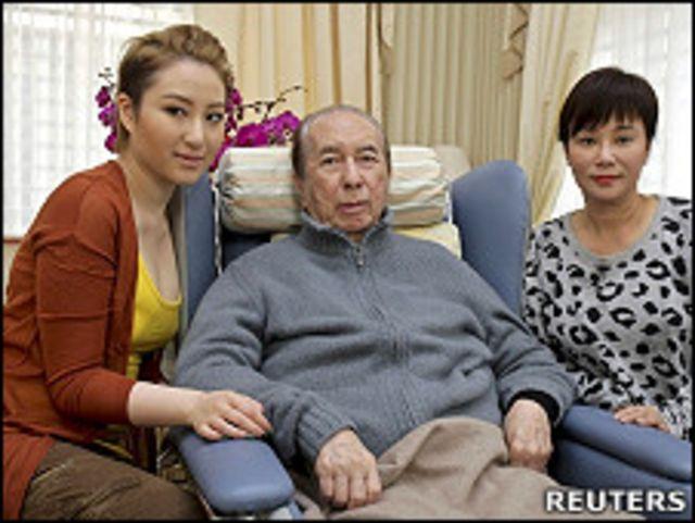 何鴻燊在三房太太陳婉珍(右)與女兒何超雲陪同下會見媒體記者(26/1/2011)
