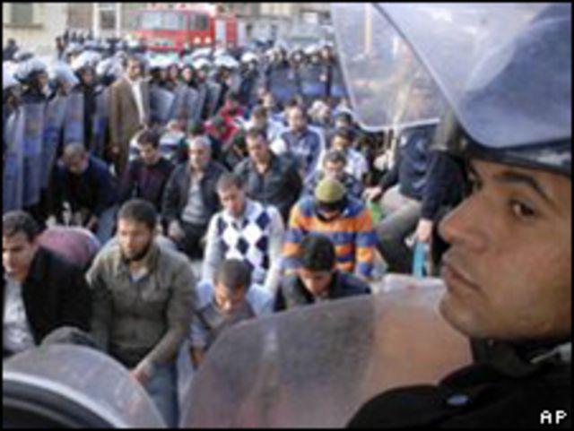 埃及蘇伊士市示威人群與警察