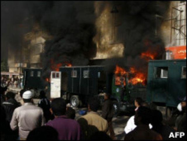 示威者焚毀防暴卡車