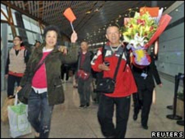 從開羅乘撤僑專機抵達首都的中國公民(01/02/2011)