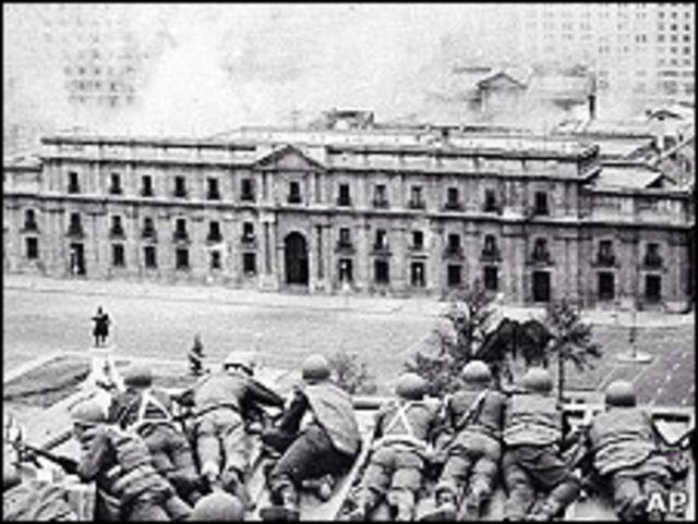 Чилийские солдаты готовятся к штурму президентского дворца в Сантьяго во время переворота в 1973 году.