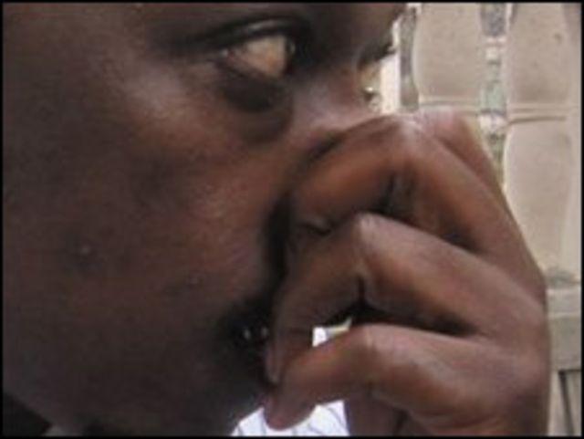 Человек с зажатым носом