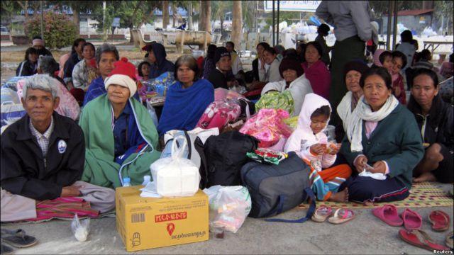 Warga desa Thailand yang tinggal area perbatasan mengungsi ke tempat penampungan sementara di Provinsi Si Sa Ket. Ribuan penduduk dekat perbatasan di kedua negara juga mengungsi.