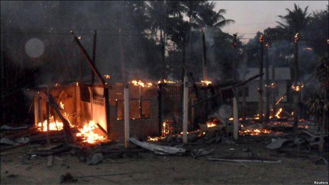 Sebuah rumah terbakar di sebuah desa Thailand dekat perbatasan dengan Kamboja, tidak jauh dari candi Prear Vihear yang selama ini diperebutkan oleh kedua negara.