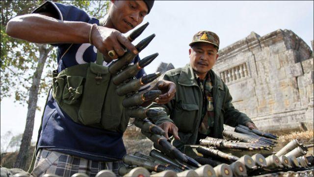 Dua tentara Kamboja mengisi kembali amunisi mereka pasca baku tembak dengan Thailand.