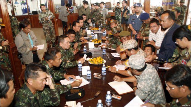 Para petinggi militer Kamboja (kanan) bertemu muka dengan mitra-mitra mereka dari Thailand setelah terjadi baku tembak. Kedua belah pihak menyepakati gencatan senjata untuk kedua kalinya dalam dua hari belakangan.