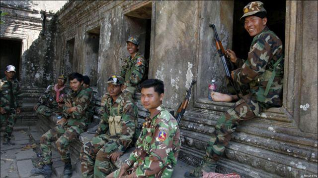 Tentara Kamboja duduk di candi Prear Vihear setelah insiden baku tembak dengan pasukan Thailand dekat perbatasan Sabtu (5/2) pagi yang berlangsung sekitar 25 menit. Satu serdadu dilaporkan Thailand tewas.