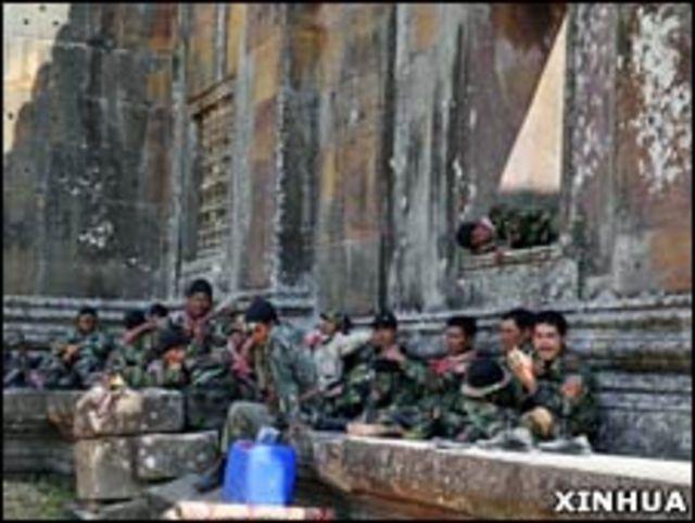 柬埔寨士兵在柏威夏寺遺址內休息(05/02/2011)