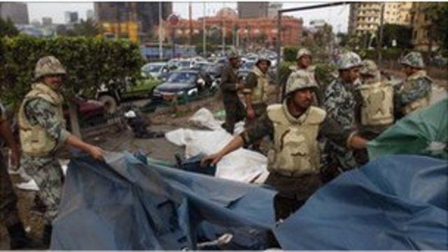 Mısır askerleri Tahrir Meydanı'nı temizliyor