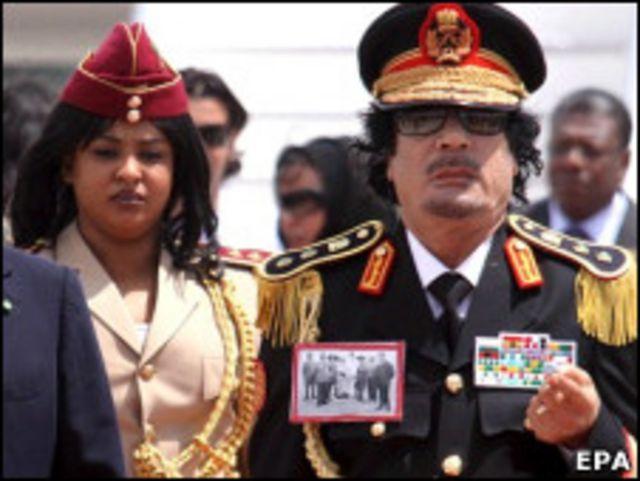 Báo chí chính thống ở Việt Nam tránh khen chê về ông Gaddafi, người lập dị và ưa trang phục diêm dúa