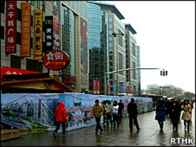 北京王府井「茉莉花」集會地點被圍板圍封(香港電台圖片28/2/2011)
