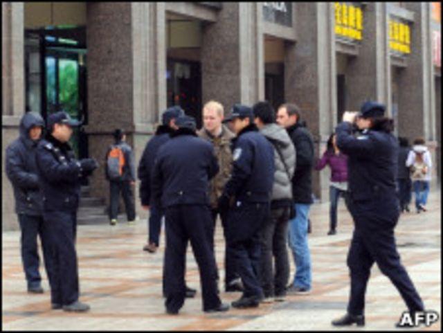 外籍記者在北京採訪茉莉花集會時遭警方動粗。