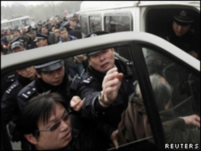 上海警方在和平電影院前逮捕一名男子(27/02/2011)