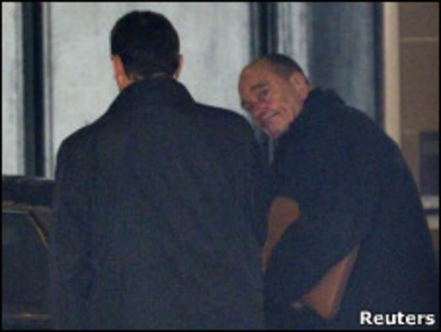 希拉克3月8日在他的辦公室外