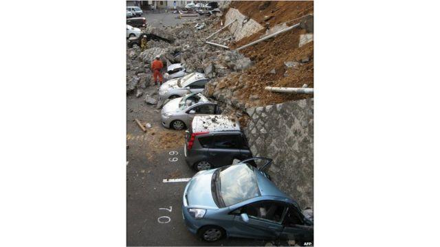 سيارات محطمة بفعل الزلزال في مدينة ميتو