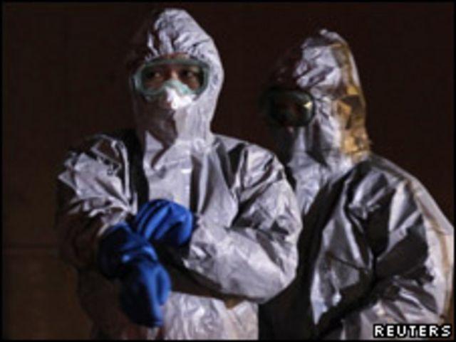 協助核電站居民轉移的日本官員(12/03/2011)