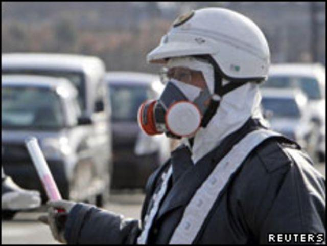 身穿防輻射服裝的日本警察。