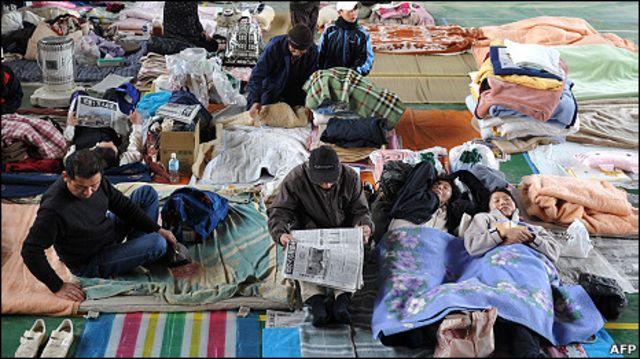 Người dân tại trung tâm di tản ở Sendai
