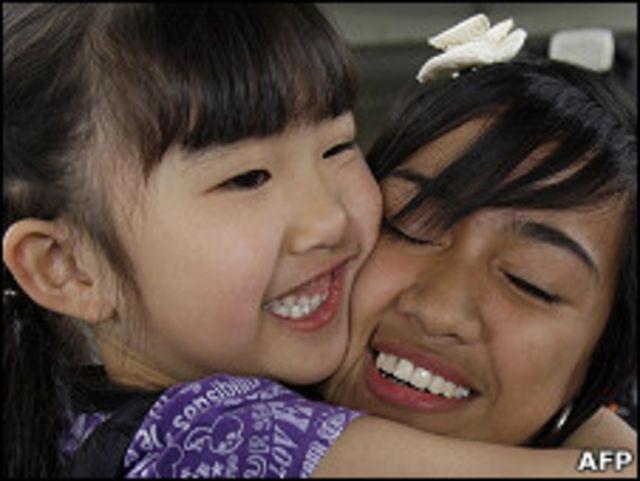 Một em gái từ Nhật Bản trở về Philippines ôm người họ hàng
