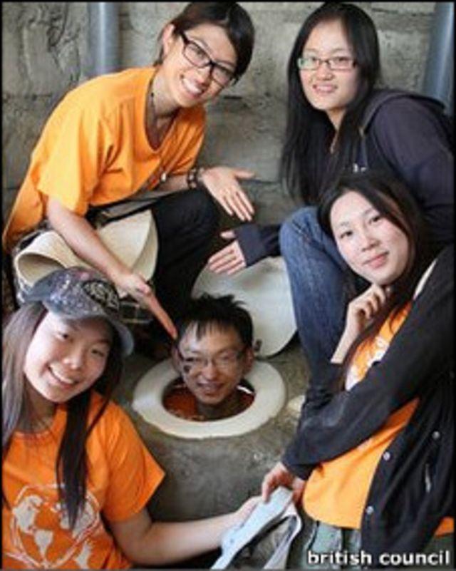 在建造廁所的志願者們