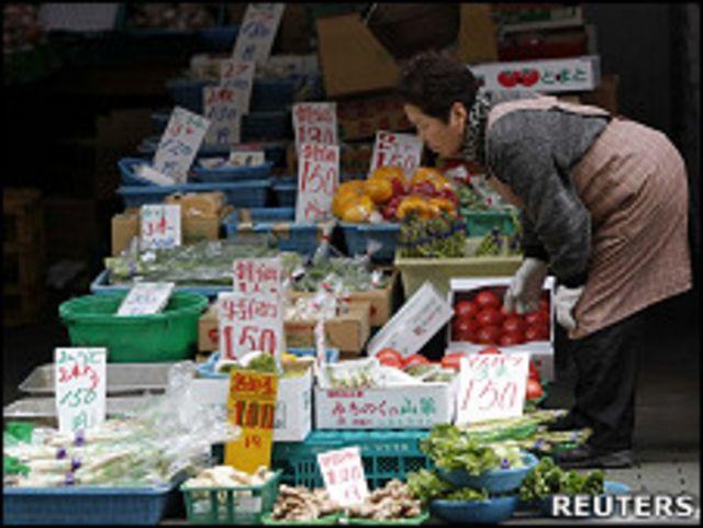 東京戶越銀座商店街上的一家蔬菜雜貨店(23/3/2011)