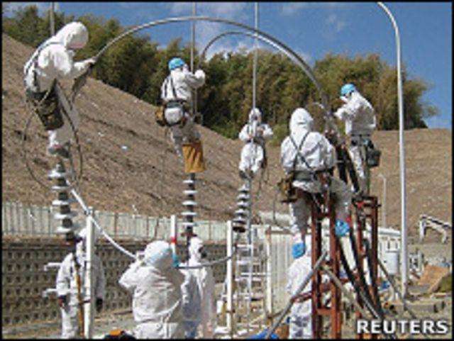 東電工程人員試圖修複福島第一核電站的供電線路(18/3/2011)