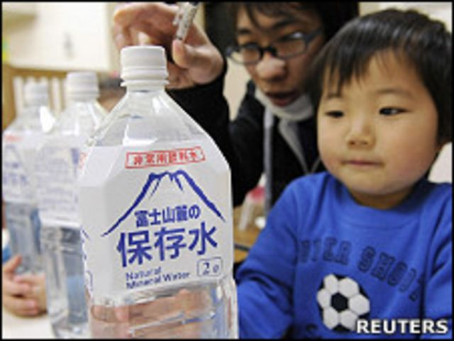 東京一家幼兒園內一名小孩拿著剛分發的應急瓶裝水(24/3/2011)