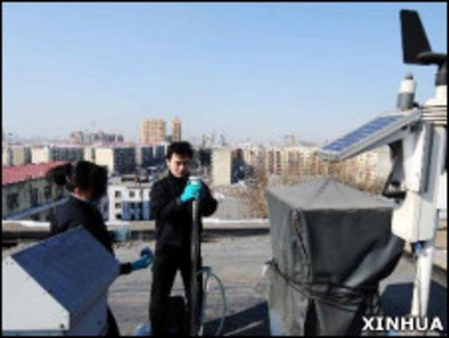黑龍江省輻射環境監督站工作人員在哈爾濱市區常設監測站取樣(新華社圖片16/3/2011)
