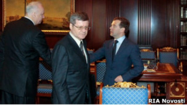 """Справа налево: Дмитрий Медведев, Юрий Чайка и Александр Бастрыкин в """"Горках-9"""" 31 марта 2011 г."""