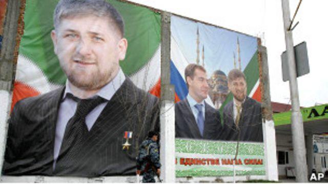 Плакаты с изображением Рамзана Кадырова и Дмитрия Медведева в Грозном