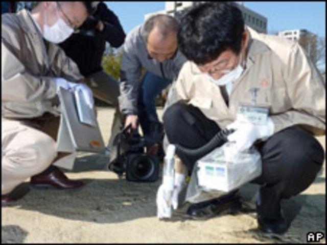 福島縣工作人員測量學校操場的輻射量