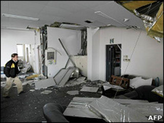 日本仙台市某辦公大樓的家具文件在地震後散亂地上(8/4/2011)