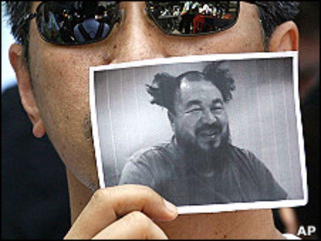 香港民主派示威者舉起艾未未照片(10/4/2011)