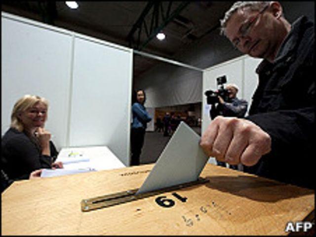 冰島科帕沃於爾市某投票站內選民就賠款公投投票(9/4/2011)