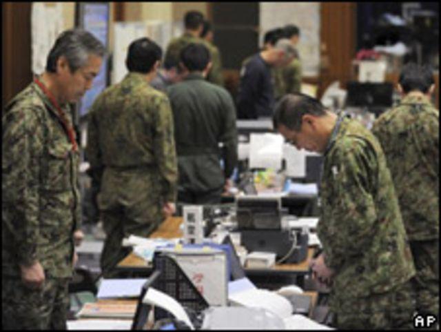 仙台救災中心工作人員默哀(11/04/2011)