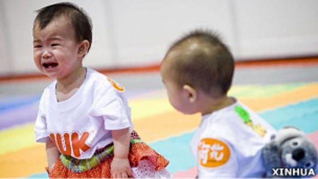 香港某嬰兒爬行大賽上一名參賽嬰兒號啕大哭(新華社圖片7