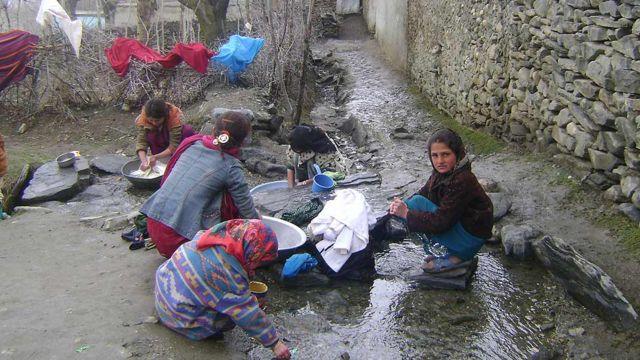 لباسشویی معمولاً در بیرون در سر رودخانهها کوچک صورت میگیرد
