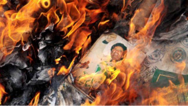 تصویر قذافی در آتش