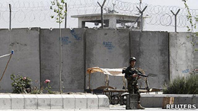 阿富汗政府軍士兵在坎大哈監獄外站崗(25/4/2011)