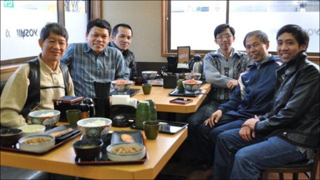 Từ trái sang : Tô Bửu Lưỡng, Nguyễn Vĩnh Trường  (Exryu Japan), Trần Văn Quang (Cựu DHS 92), Phạm Đức Phong (Ryuki – DHS Khởi Nghiệp), Matsushita Hiroyuki (Cựu DHS 92)  và Nguyễn Văn Duy (đầu bếp của VN-Garden)