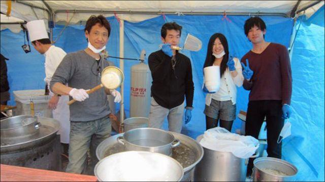 Chỉ cần được chỉ dẫn vài lần là các bạn Nhật đến hỗ trợ đã có thể bắt đầu trụng bánh phở, múc nước lèo, sắp xếp thịt, giá, hành.