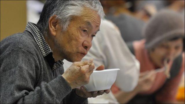 Cụ già ngồi ăn một mình cạnh gia đình một vợ chồng trẻ. Cặp mắt quá đăm chiêu. Tôi có cảm tưởng cụ vừa ăn vừa nghĩ đến những người thân giờ không biết phiêu bạt nơi nào. Bát phở đầy - san sẻ, biết cùng ai?
