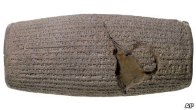 در این منشور، بر مشروعیت پادشاهی کوروش و احترام او به مذهب و سنتهای بابل تاکید شده است