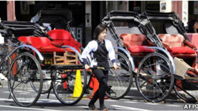 日本東京的觀光三輪車夫在等待遊客(19/04/2011)