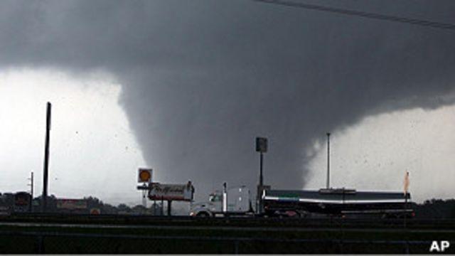 美國阿拉巴馬州的塔斯卡盧薩市出現的龍卷風(27/4/2011)